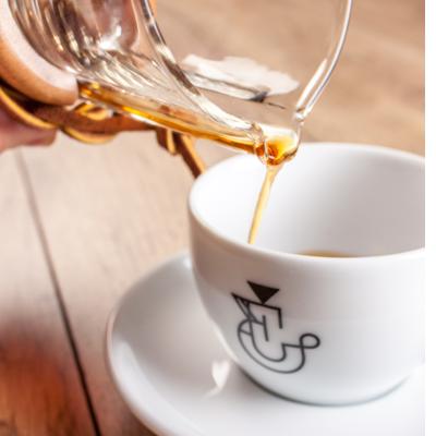 Café Chemex versé dans une tasse filtre EXTRAIT